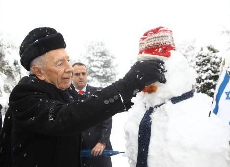 Президент Израиля Шимон Перес лепит снеговика