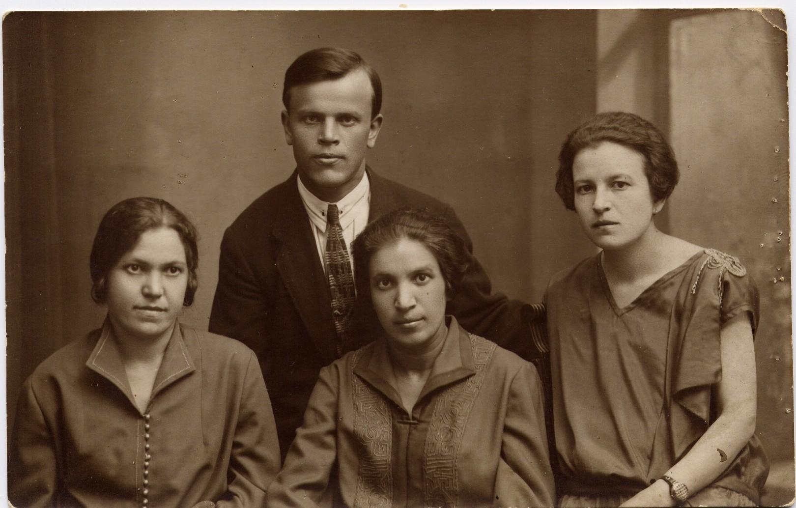А это моя бабушка уже в Москве, со своими сестрами Анной и Александрой и моим дедом (поженились недавно). Крестьянские дети. Она готовится поступать в Первый медицинский, а пока работает заливщицей калош на заводе «Красный треугольник», тяжелое и вредное производство. Дед с его четырьмя классами церковно-приходской школы поступает на рабфак, чтобы немыслимым усилием за год превзойти школьную премудрость и потом поступить на химфак МГУ.