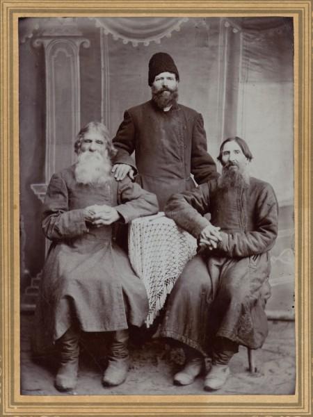 А это мой прадед Петр Лазаревич Филатов со своим отцом и тестем. Сельский атеист, любимый людьми. Он умер в 1918 году, был отпет в церкви и похоронен всем селом по православному обычаю.