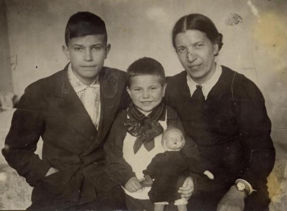 Вот он, мой отец в самом конце войны со своей матерью и сестрой. Взрослый самостоятельный человек, неплохая зарплата, рабочая карточка. Опять учиться? Вместе с детишками? Да ни за что. Понадобился весь напор моей бабушки, женщины по-своему суровой и жесткой, чтобы заставить его в 1945 году уйти с завода и закончить десятый класс в нормальной школе, а не в вечерней, где была «не учеба, а слезы». Но это уже другая история.