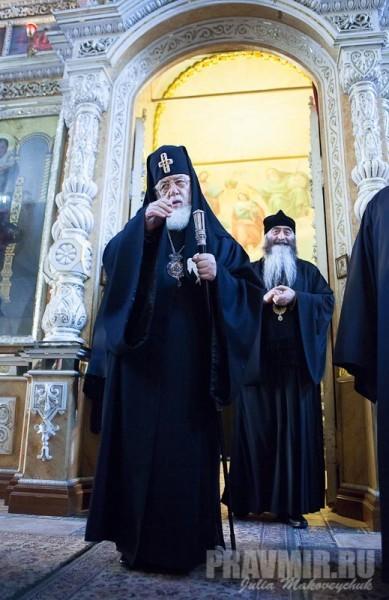 благословение прихожанам. справа от Святейшего - митрополит Хонский и Самтредский Савва (Гигиберия)