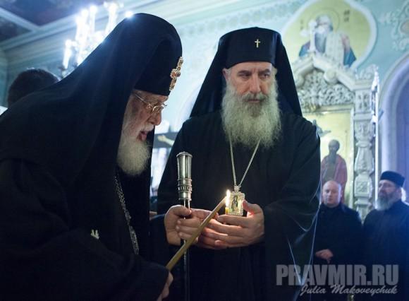 Святейший часто ставит свечи перед иконами