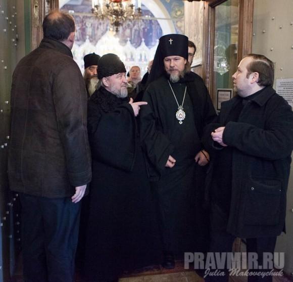 Сопровождал руководитель Управления Московской Патриархии по зарубежным учреждениям архиепископ Егорьевский Марк
