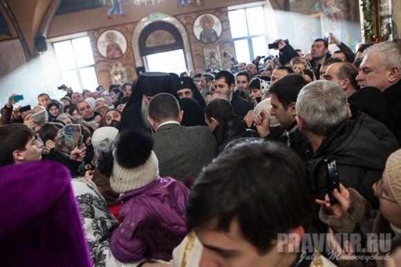 народу в храме было так много, что с трудом можно было пройти. Грузины очень любят своего патриарха