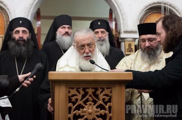 Со своей паствой Святейший гворил по-грузински, а потом сам же переводил на-русский