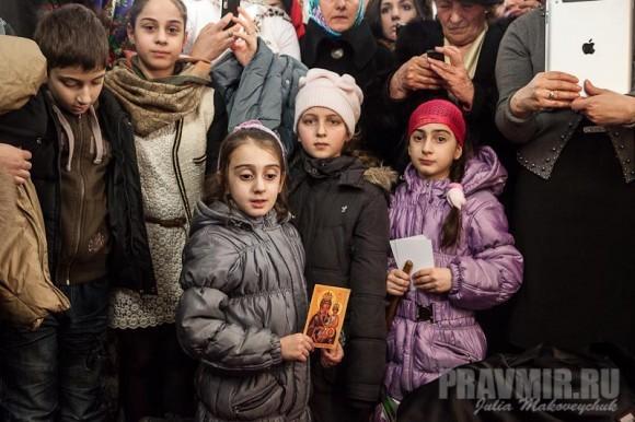 Дети ждут благословения Святейшего