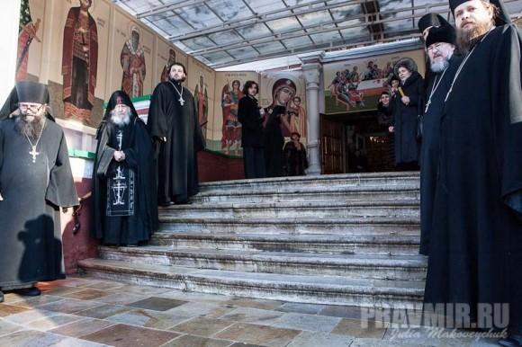 Встреча Святейшего в Донском монастыре братия и прихожане обители во главе с наместником игуменом Парамоном