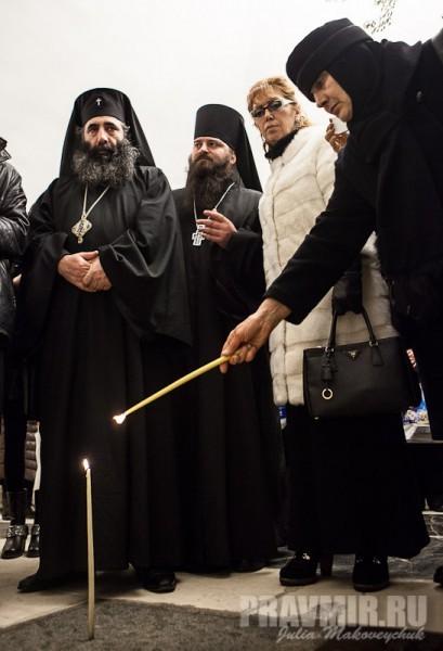 Святейший поставил свечи на могилы