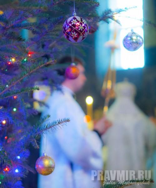 Святки заканчиваются праздником Богоявления — храм еще украшен елками