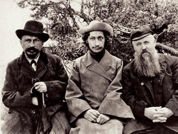 Михаил Новоселов (слева), семинарист Павел Флоренский (в центре) и философ Сергей Булгаков (справа).Фото предположительно 1907 г. Источник: www.semyi.net