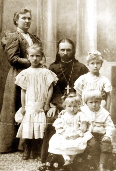 Священник Владимир Хираско с женой и детьми. Фото: sobor.by
