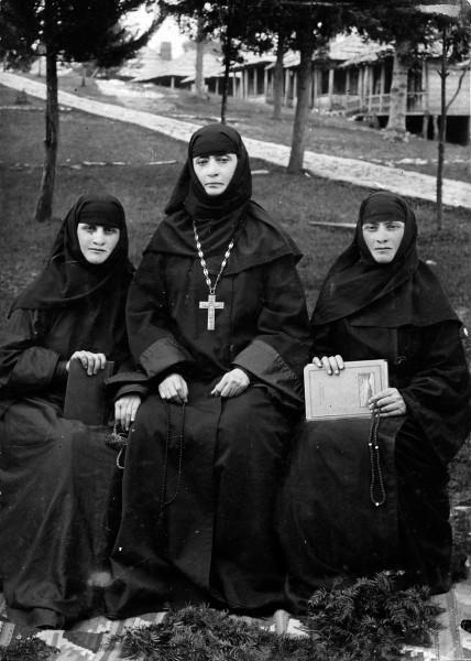 Игумения Теклатского монастыря Екатерина (Апакидзе) и духовные чада прп. Алексия родные сестры Кетеван (впоследствие игумения монастыря) и Рипсиме (Ахвледиани)