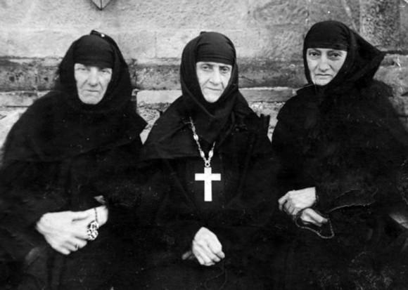 Игумения Теклатского монастыря Кетеван (Ахвледиани) с родной сестрой Рипсимой и двоюродной сестрой Еленой (впоследствии игуменией), духовные чада прп. Алексия
