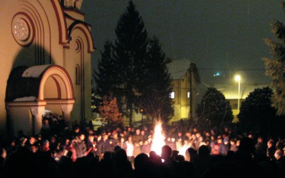 Торжественное сжигание дубовых веток у храма в Сочельник — одна из сербских традиций