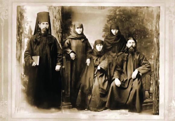 Преподобный Алексий с семьей: матерью монахиней Еленой, сестрами монахинями Евгенией и Саломе, братом иеромонахом Виссарионом