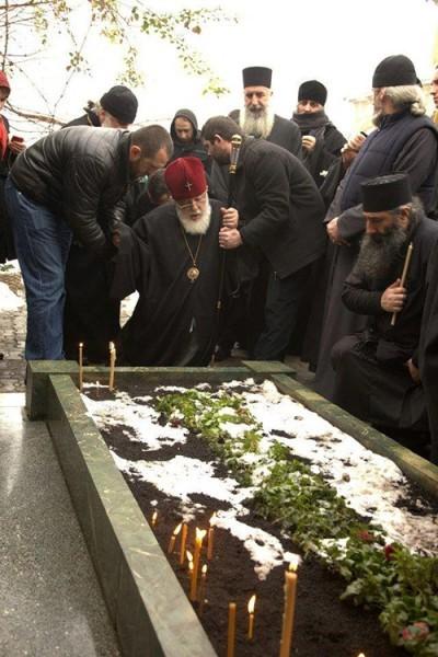 Святейший Патриарх Илия на могиле святого старца Гавриила (Ургебадзе)