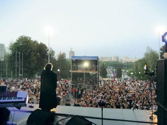 Выступление в ходе миссионерского тура на концерте Юрия Шевчука, западная Украина, 2008 год. Фото из личного архива протодиакона Андрея Кураева