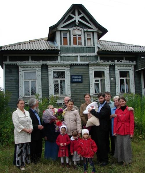 Борисоглебцы у здания роддома