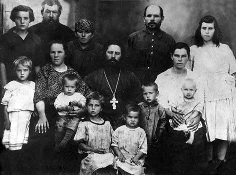 Священник Михаил Пятаев с семьей и прихожанами. Село Малокрасноярка. 1927 год. Фото: pstgu.ru