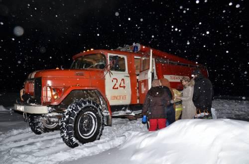 5 февраля. Роженицу везут в роддом на пожарной машине