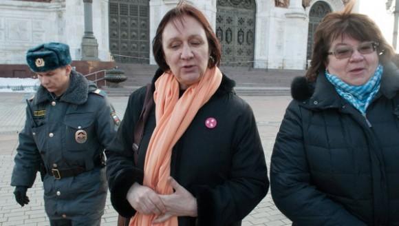 Ирина Карацуба и Елена Волкова возле Храма Христа Спасителя. Фото: РИА Новости