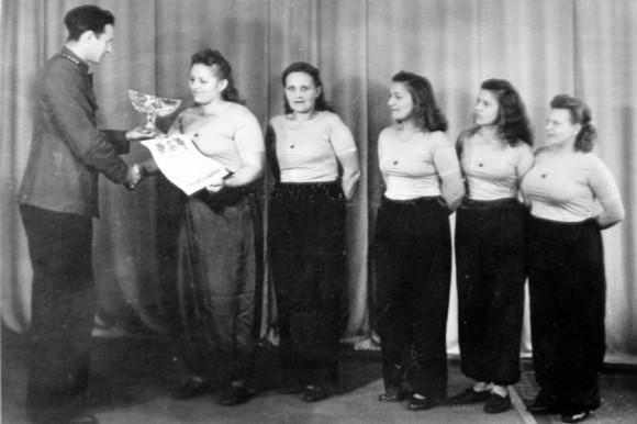 Награждение лыжной команды. Наталия Владимировна Малышева 3 справа