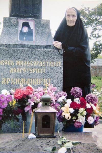 На могиле о.Макария