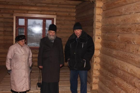 Матушка Людмила, отец Игорь и Дмитрий Боршняков в будущем доме дочери, который зять строит сам