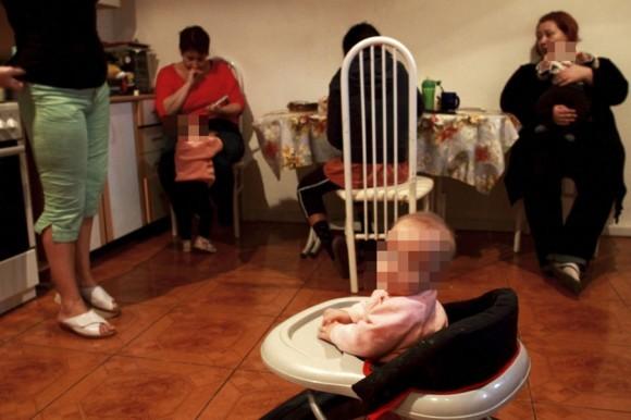 Срок проживания в «Теплом доме» не ограничен. Женщина живет здесь, пока не найдет работу или пока не н аладит отношения с родственниками и не вернется на родину Юрий Иващенко для «РР»