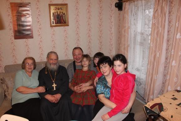 В гостях у дочери. Матушка Людмила, отец Игорь, зять Дмитрий Боршняков, дочь Анна и внучки Даша, Настя, Саша