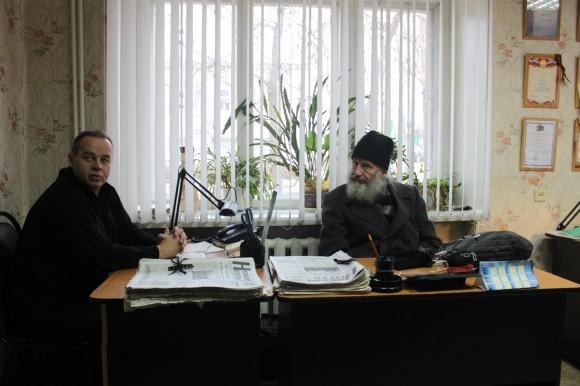 В редакции газеты «Новый путь». Отец Игорь и старший корреспондент Сергей Дуреев