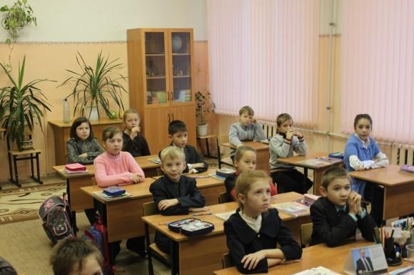 Третьеклассники слушают отца Игоря