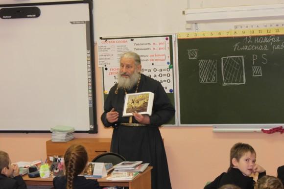 Отец Игорь Иудин выступает перед третьеклассниками