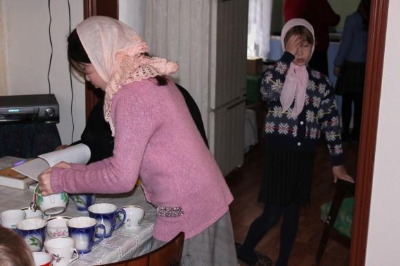 Внучка отца Игоря Даша Боршнякова разливает чай собравшимся в воскресной школе