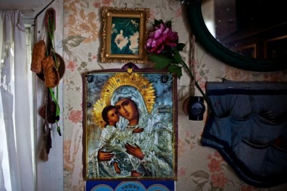 Икона Богородицы с Младенцем на стене дома Геннадия Рихардовича Унгефуга. Короткерос, Россия