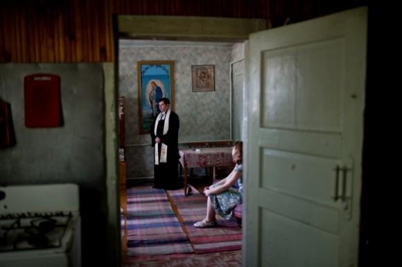 Пастор лютеранской церкви в Сыктывкаре общается с русскими немками после воскресной мессы
