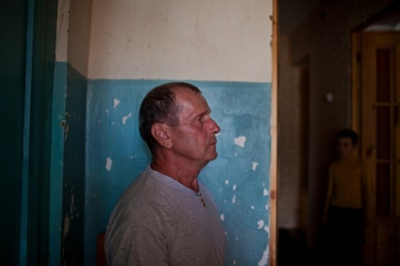 Геннадий Рихардович Унгефуг, 61 года, и его внук Дмитрий, русский немец в четвёртом поколении, 8 лет, в прихожей их дома в Короткеросе
