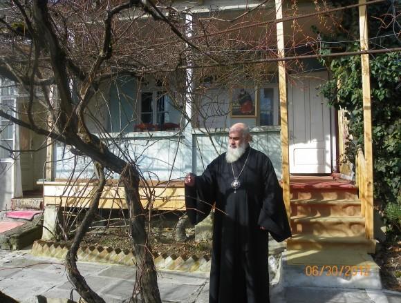 Владыка Серафим перед своей резиденцией в Боржоми
