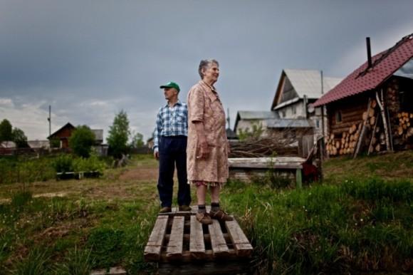 Корукаева Элиза Игнатьевна, 80 лет, и её сын Евгений во дворе их дома в Затоне, Россия. Корукаева была сослана с семьёй в Республику Коми с Украины в 1933