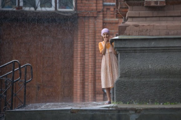 Девочка. Дождь. Храм