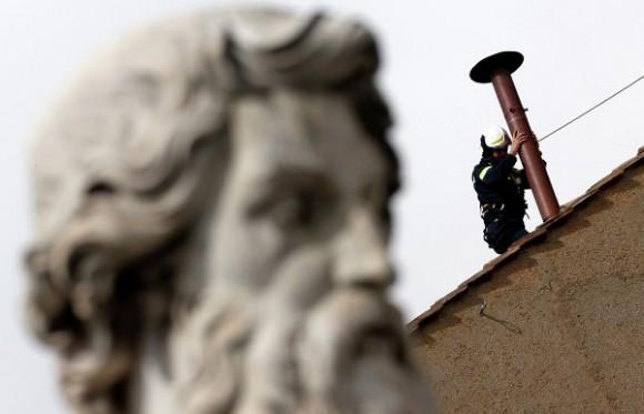 Установка трубы, дым из которой должен будет возвестить миру об избрании нового Папы © REUTERS/ Alessandro Bianchi