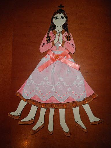 Мама Поста со сложенными в молитве руками, крестиком, у нее нет рта и семь ножек в туфельках Фото: prosxolikesdimiourgiesmatinas.blogspot.com, автор куклы: Ματίνα