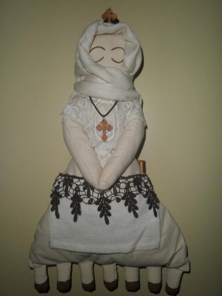 Тряпичная куколка из холста, набитая ватой, ее сделала Ματίνα, фото: prosxolikesdimiourgiesmatinas.blogspot.com