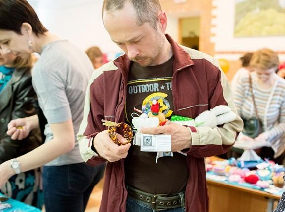 Мужчина с браслетом и игрушками