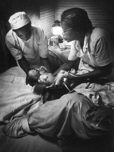 5.30 утра. Несколько секунд прошло после нормальных родов. Мод Кален держит здорового ребенка на руках. Тот набирает воздуха в легкие и начинает громко плакать. Все хорошо.