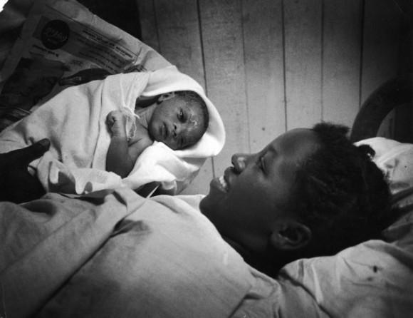 5.40 утра. После всех этих страданий мать наконец видит сына. Она еще не придумала имя для него. Харрис Ли – так она назовет этого ребенка.