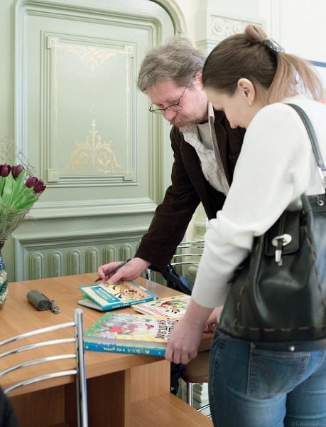 Евгений Подколзин подписывает книги