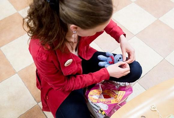 Игрушки, сделанные детьми 6 класса, готовят к продаже
