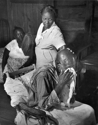 Фрэнк Маккрай заболел в 1927 году, вскоре был парализован, и с тех пор не встает со своего кресла. Он не выдержал и заплакал, когда Мод заглянула к нему.