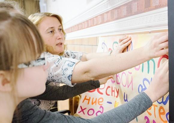 Плакат с объявлением о «косоплетении» мастерицы нарисовали сами. Наташа и Лена с Татьяной тут же прикрепляют его на стену